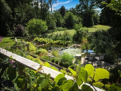 Från den stora altanen är överblicken av trädgården hänförande.